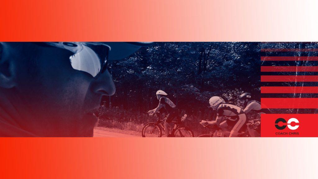 Christian Camden surveillant l'ascension de la Montée Ryan de Mont-Tremblant par trois triathlètes sur le circuit IRONMAN