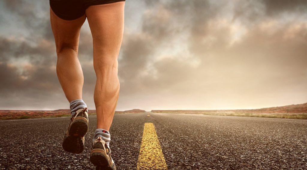 course à pied sur route déserte