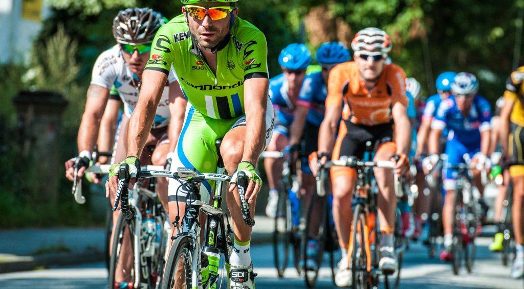 groupe de cyclistes sur la route sous le soleil